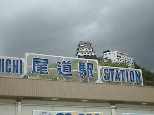 梅雨空模様の尾道駅前